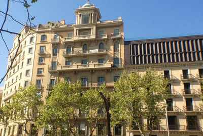 Apartment building for sale in the center of Barcelona in an exclusive tourist area